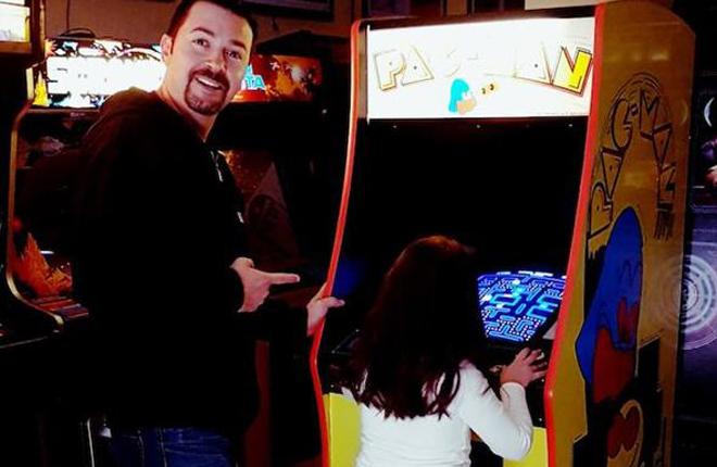 El español que ha restaurado 80 máquinas de juegos arcade y abre su propios recreativos de los 80
