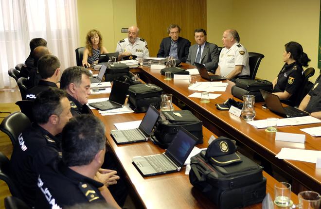 La Junta de Castilla y Le&oacute;n entrega a la polic&iacute;a nuevos equipos inform&aacute;ticos para las inspecciones de juego privado<br />