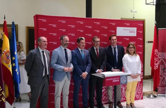 Pedro Garc&iacute;a (Orenes Grupo) firma la renovaci&oacute;n del convenio con la C&aacute;tedra de RSC de la Universidad de Murcia<br />