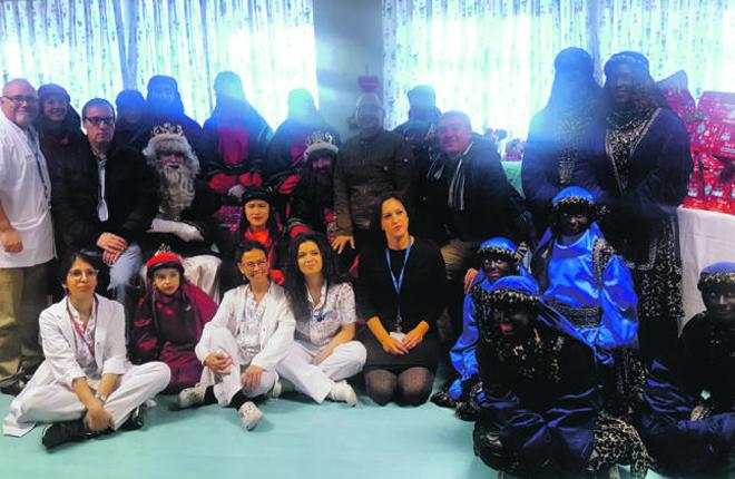 Personal de la empresa Cirsa entrega juguetes en el Hospital de Terrassa<br />