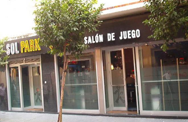 <strong>Los salones de Sevilla no pagar&aacute;n m&aacute;s por sus luminosos y publicidad exterior</strong><br />